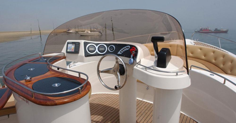 beacher nautique bateau v8 open