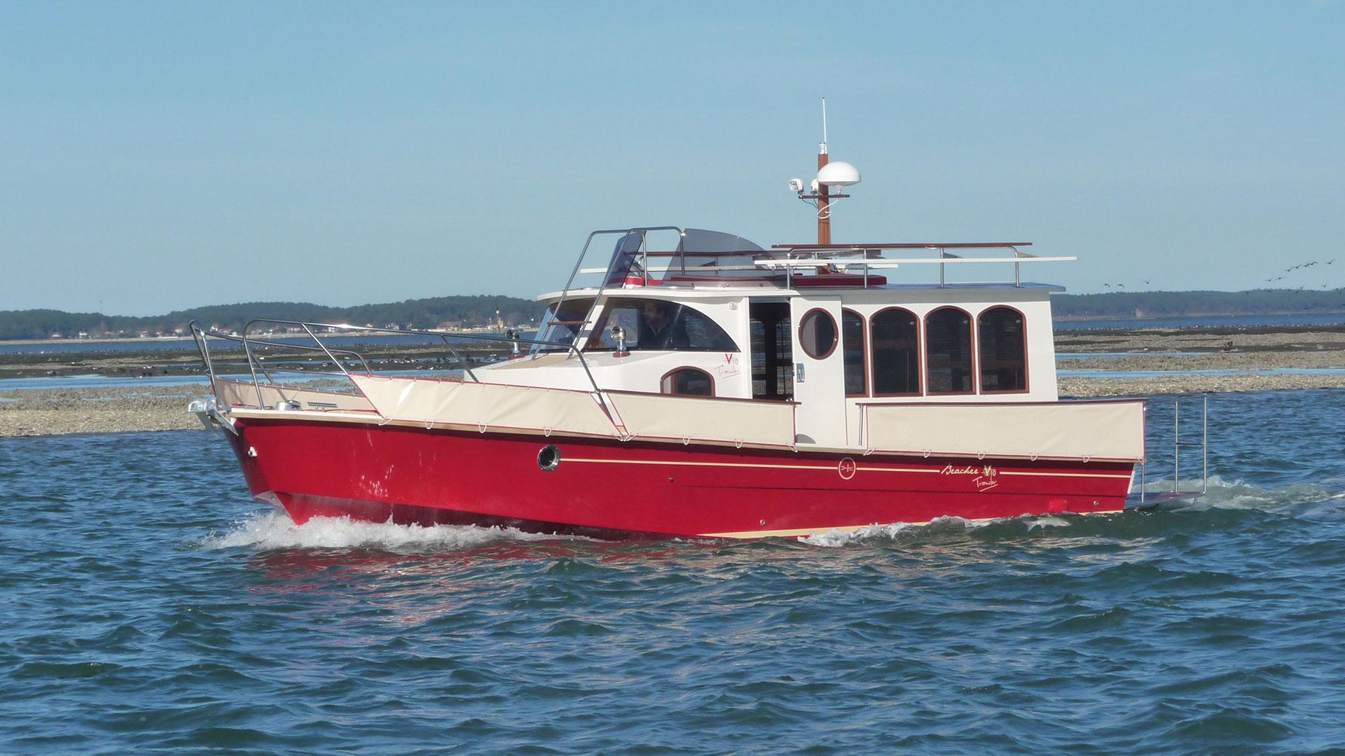 beacher nautique rouge construction bateau sur mesure